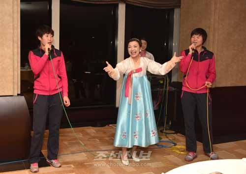 오사까가무단 단원들과 함께 노래를 부르는 선수들