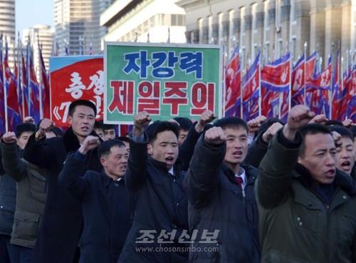 군중대회가 끝난 다음 시위를 벌리는 평양시내 근로자들(조선중앙통신)