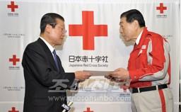 허종만책임부의장이 조선적십자회 중앙위원회가  보낸 위문금을 일본적십자사 고노에 다다데루사 장에게 전달하였다.