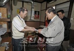 점포피해를 입은 동포에게 위문금을 전달하였다.(7일)
