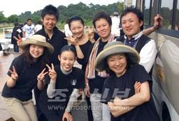 각지 조선가무단들의 한마음을 담아 피해지에서 위문공연을 펼친 단원들