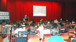 도호꾸초중의 김화숙교원이 진재후의 학교 현황 에 대하여 강의하였다.