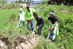 야기야마지역의 동포집뒤의 외벽이 무너지지 않도록 공고히 다졌다.
