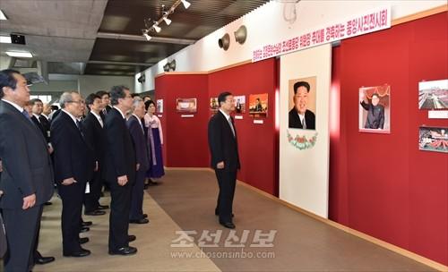 허종만의장이 중앙사진전시회를 돌아보았다.