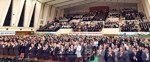 대회장은 김정은원수님을 조선로동당 위원장으로 높이 받들어모신 참가자들의 크나큰 기쁨과 행복감으로 차고넘쳤다.