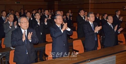 김정은원수님께서 조선로동당 제7차대회에서 하신 개회사를 록화시청하는 총련중앙일군들의 모임