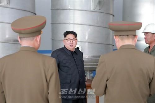 김정은원수님께서 새로 일떠서고있는 룡악산비누공장건설장을 현지지도하시였다.(조선중앙통신)