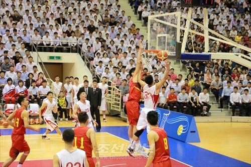 김정은원수님께서 조선소백수남자롱구팀과 중국올림픽남자롱구팀간의 친선경기를 관람하시였다.(조선중앙통신)