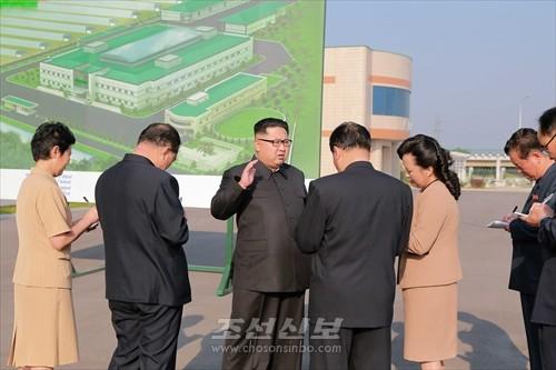 김정은원수님께서 새로 건설된 류경김치공장을 현지지도하시였다.(조선중앙통신)