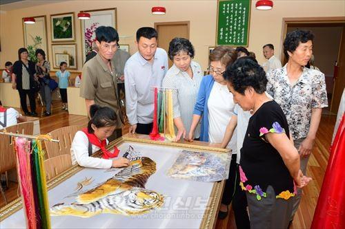 만경대학생소년궁전을 참관한 죠낭지부관하동포와 가족, 친척들
