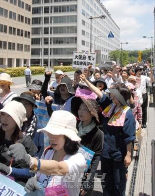 조선학교에 대한 차별을 반대하여 구호를 웨치는 200번째 《화요일행동》 참가자들
