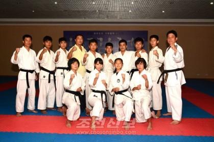 조선학교 가라데도 선수들과 조국선수들과의 공동강화훈련이 진행되였다.
