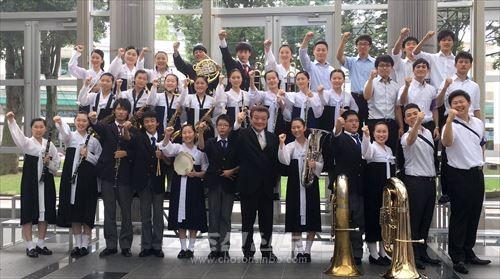 쥬고꾸대회에서 은상을 쟁취한 히로시마초중고 취주악부 부원들과 관계자들