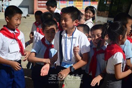 총련학생들을 릉라소학교 학생들이 반갑게 맞아주었다