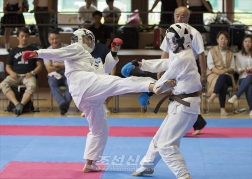 녀자개인 구미데에서 우승한 고베 김유경선수(왼쪽)