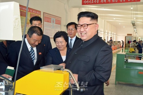 김정은원수님께서 만경대혁명사적지기념품공장을 현지지도하시였다.(조선중앙통신)