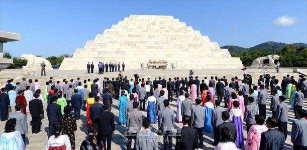 개천절기념행사가 3일 단군릉앞에서 진행되였다.(조선중앙통신)