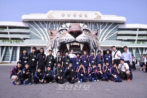 중앙동물원을 찾은 재일조선학생소년롱구방문단