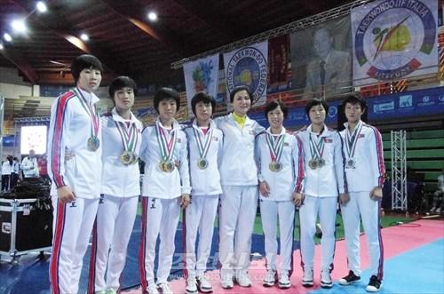 제12차 청소년 및 제7차 로장태권도세계선수권대회에서 나라별 종합1위를 쟁취한 조선의 나어린 녀자태권도선수들과 감독