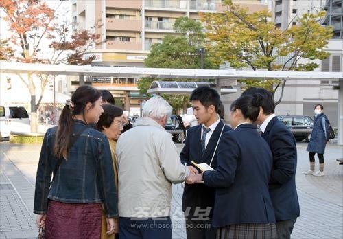 서명활동을 벌리는 고베조고생들(사진은 新長田역 주변)