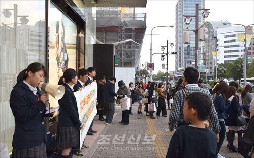 조선학교에 대한 《무상화》제도적용을 요구하는 고베조고생들(사진은 三宮역 주변)