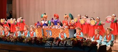 공연 《자랑찬 70년》중에서 원아들이 출연한 농악 《만풍년》