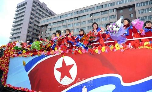 평양시민들의 열광적인 환영을 받는 U20대표팀(조선중앙통신)
