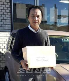홀로 사는 동포에게 식료품을 갖다 드리는 송무 분회장