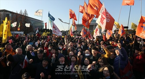 탄핵안이 가결된 9일 결과가 발표되자 국회앞에서 민중들이 환호를 올렸다.(련합뉴스)