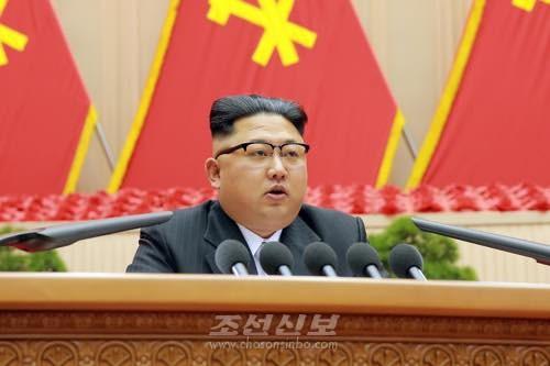 김정은원수님께서 25일 제1차 전당초급당위원장대회 3일회의에서 력사적인 결론 《초급당을 강화할데 대하여》를 하시였다.