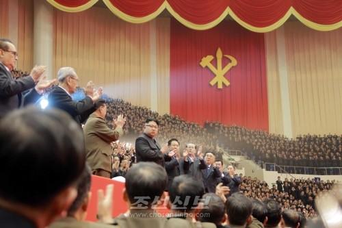 김정은원수님 참석밑에 제1차 전당초급당위원장대회 참가자들을 위한 모란봉악단, 공훈국가합창단 합동공연이 성대히 진행되였다.(조선중앙통신)