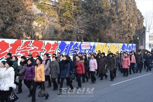 새해 첫출근길에 오른 김정숙평양방직공장 로동자들