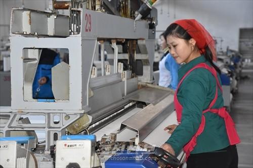 기세드높이 신년 첫 사업을 시작하는 김정숙평양방직공장 로동자들