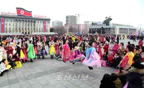김일성광장에서 민속놀이가 진행되였다.(조선중앙통신)