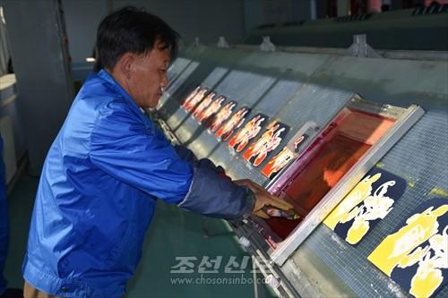 인쇄작업장에서 소년장수 그림을 인쇄하는 모습