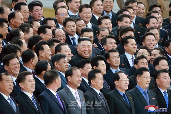 김정은원수님께서 제1차 시, 군당책임비서강습회에 참가한 도, 시, 군당책임비서들과 기념사진을 찍으시였다