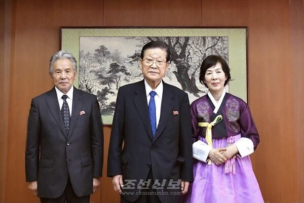 허종만의장이 축하와 격려/문예동중앙위원 박정문화가 인민예술가칭호 수여